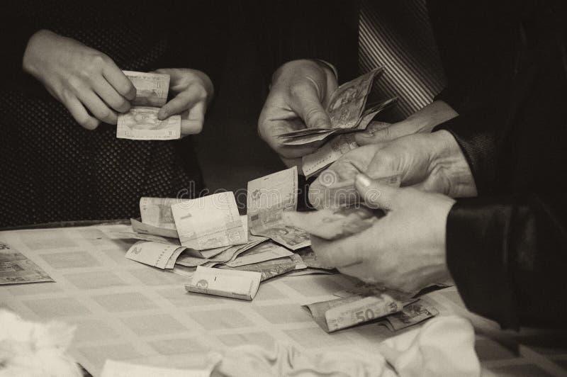 Handen van mensen die geld houden royalty-vrije stock foto's
