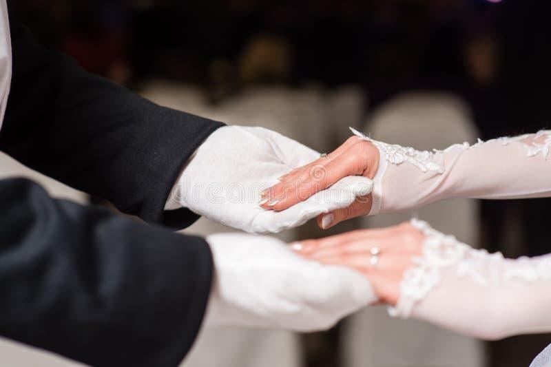 Handen van paar in de witte wals van de handschoenendans stock foto's