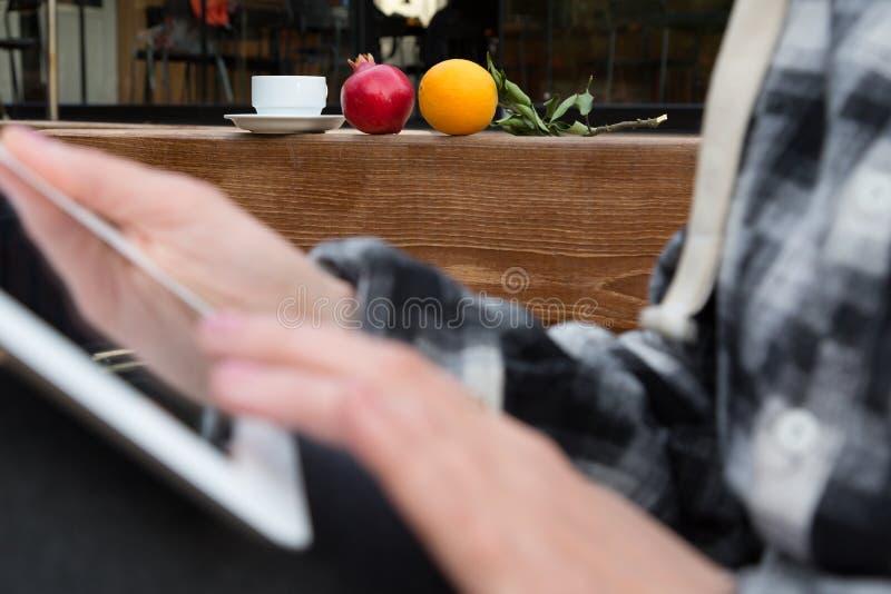 Handen van Persoon het doorbladeren van de het schermkoffie van tabletpc de Mok en de Vruchten royalty-vrije stock foto