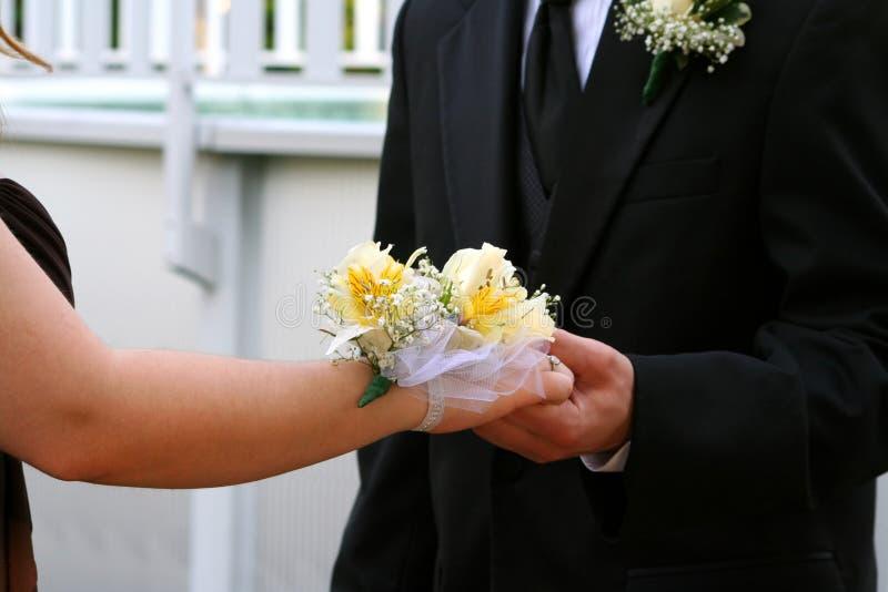 Handen van Prom-Paar met Corsage stock afbeeldingen