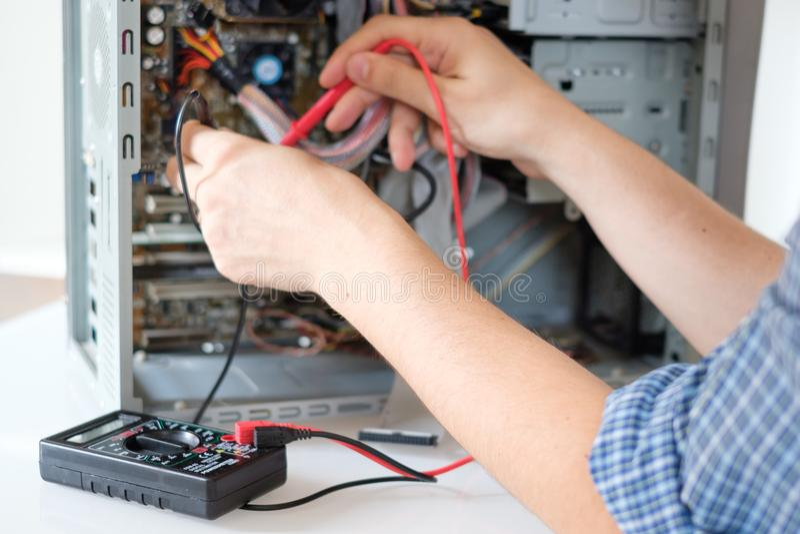 Handen van technicus die PC in de dienstcentrum herstellen royalty-vrije stock foto's