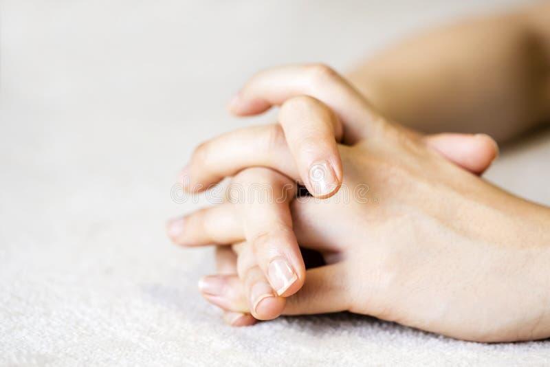 Handen van thavrouw op het tapijt stock foto