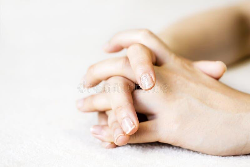 Handen van thavrouw op het tapijt stock afbeelding
