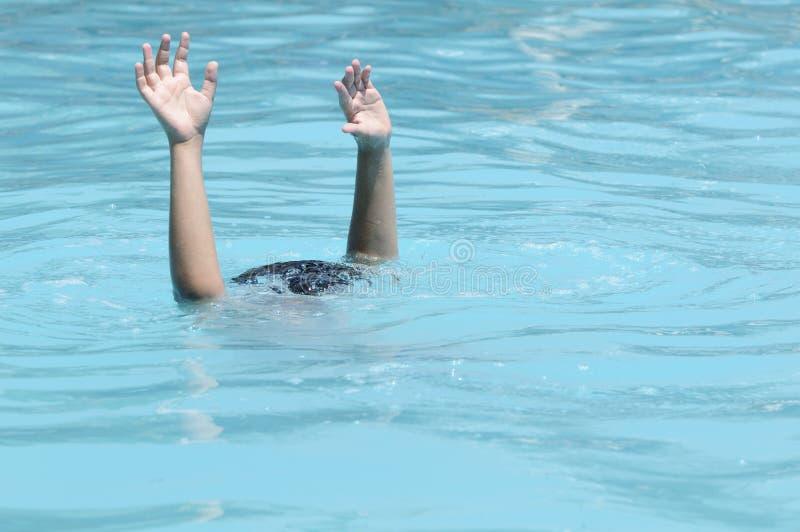 Handen van verdrinkende jongen stock afbeeldingen