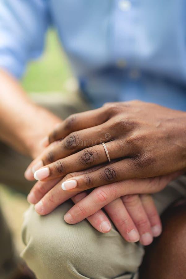 Handen van verschillende huid stock foto's