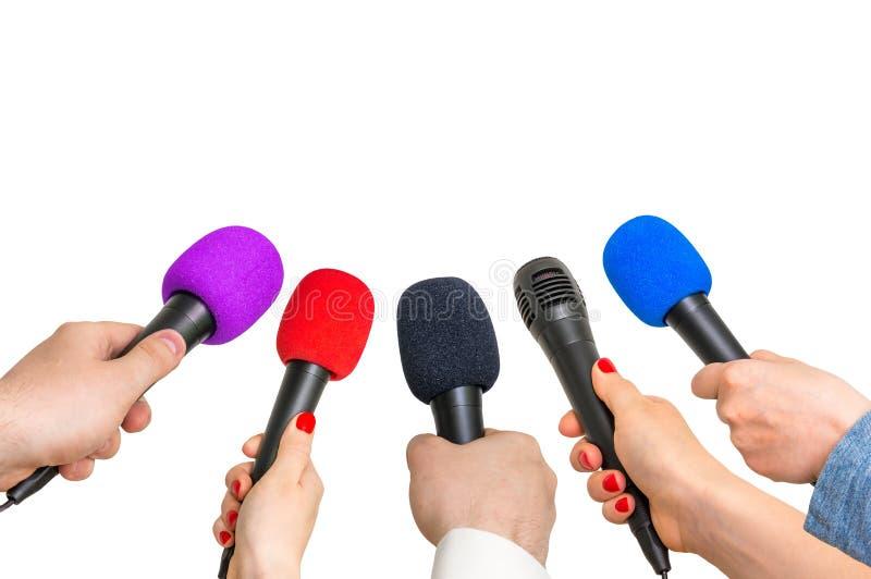 Handen van verslaggevers met vele microfoons royalty-vrije stock foto