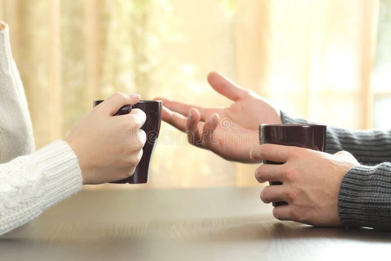 Handen van vrienden met koffiekoppen royalty-vrije stock afbeelding