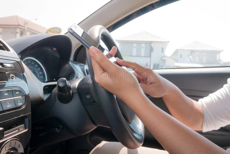 Download Handen Van Vrouw Die Mobiele Slimme Telefoon In De Auto Met Behulp Van Stock Foto - Afbeelding bestaande uit aandrijving, greep: 114226554