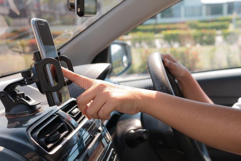 Download Handen Van Vrouw Die Mobiele Slimme Telefoon In De Auto Voor Mobiele Te Met Behulp Van Stock Afbeelding - Afbeelding bestaande uit mensen, modern: 114226553