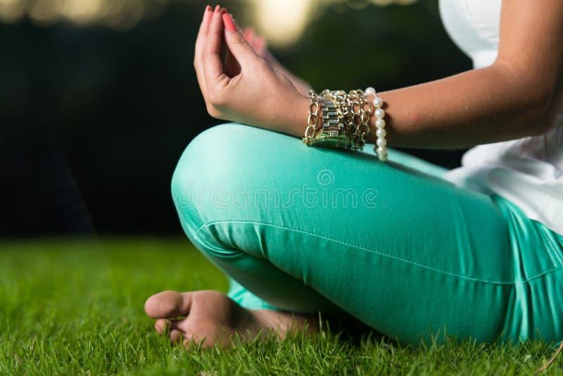 Handen van Vrouw het Mediteren royalty-vrije stock afbeeldingen