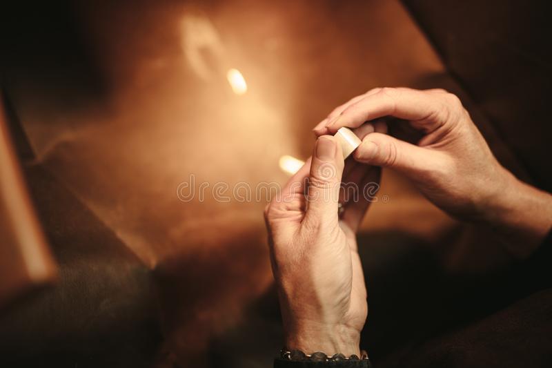 Handen van vrouwelijke juwelier die juwelen maken royalty-vrije stock afbeeldingen