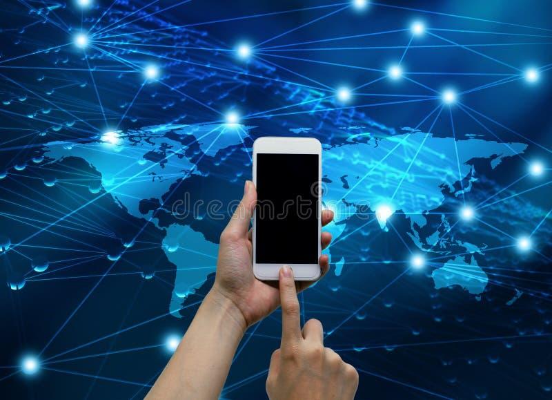 Handen wat betreft smartphone met Internet verbonden lijnen en glob vector illustratie