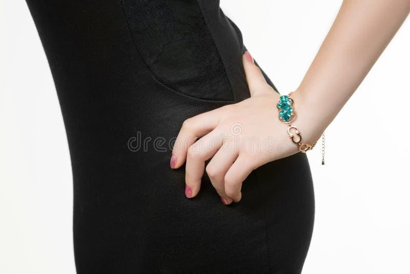 Handenclose-up van een jong meisje met armband stock foto