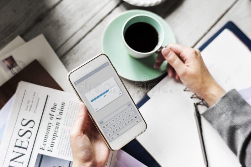 Handenholding die Mobiele Telefoon met de Drank van de Koffiekop downloaden royalty-vrije stock afbeeldingen