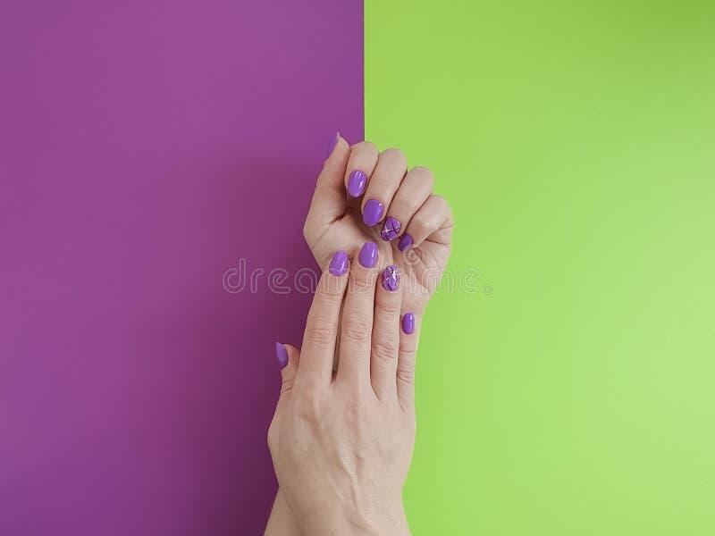Handenmanicure op gekleurde document manier royalty-vrije stock fotografie