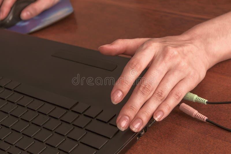 Handenmeisje die met laptop werken royalty-vrije stock fotografie