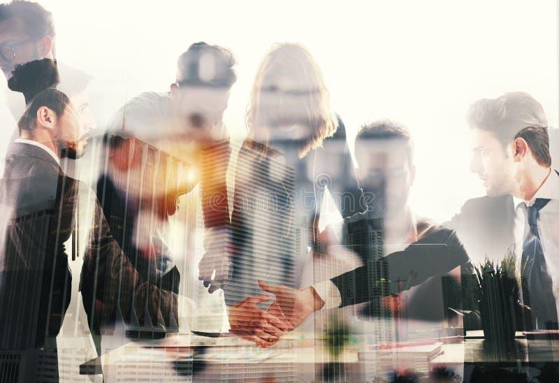 Handenschudden bedrijfspersoon in bureau Concept groepswerk en vennootschap Dubbele blootstelling stock fotografie