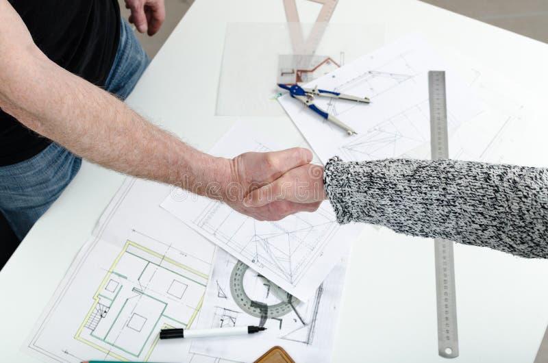 Handenschudden tussen architect en zijn cliënt stock foto's
