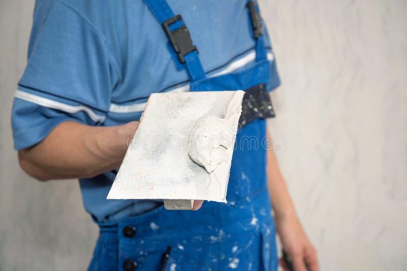 Handenstukadoor op het werk stock afbeelding
