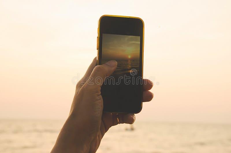 handentelefoon bij zonsondergang royalty-vrije stock foto's