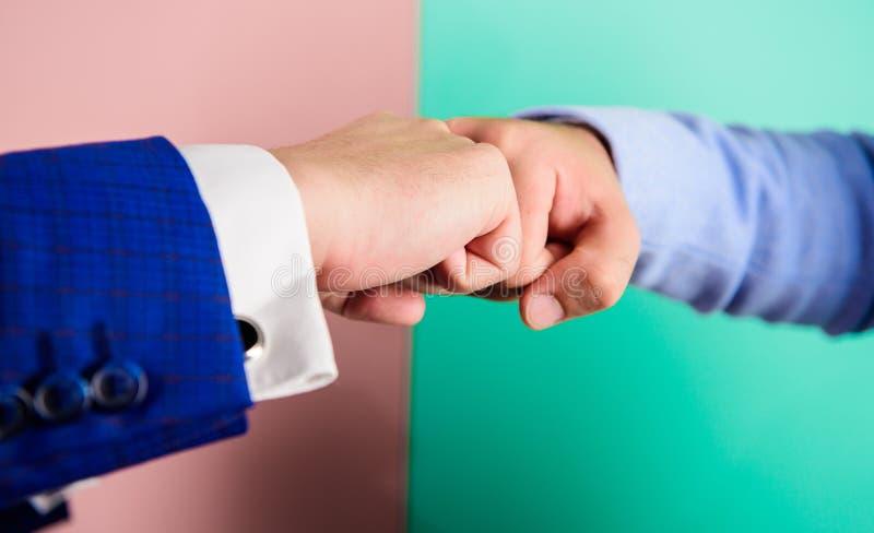 Handenvuisten van bedrijfsmensenaanraking in gebaar Groepswerk of goed baansymbool Type van handdruk of handgebaar met stock afbeelding