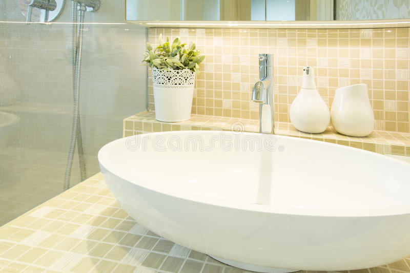 Handfat i beige lyxig toalett arkivfoto