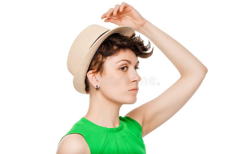 Handfrau richtet seinen Hut auf seinem Kopf auf einem Weiß gerade lizenzfreies stockbild