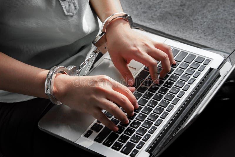 Handgebrauchslaptop für Workaholickonzept lizenzfreie stockfotografie