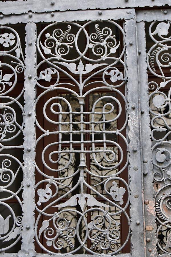 Handgefertigte Balken im Fenster stockbilder