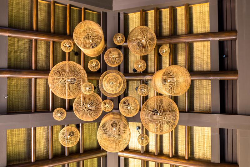 Handgefertigte Decke mit Rattanbeleuchtung, Rattanmöbel im Innenbereich, die orientalisch wirken stockbild