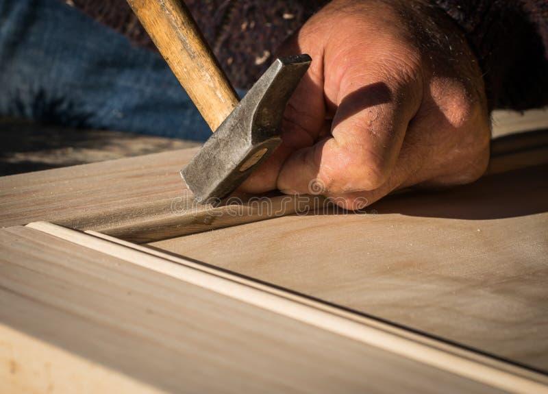 Handgefertigte Holztür in der Zimmerei stockfoto