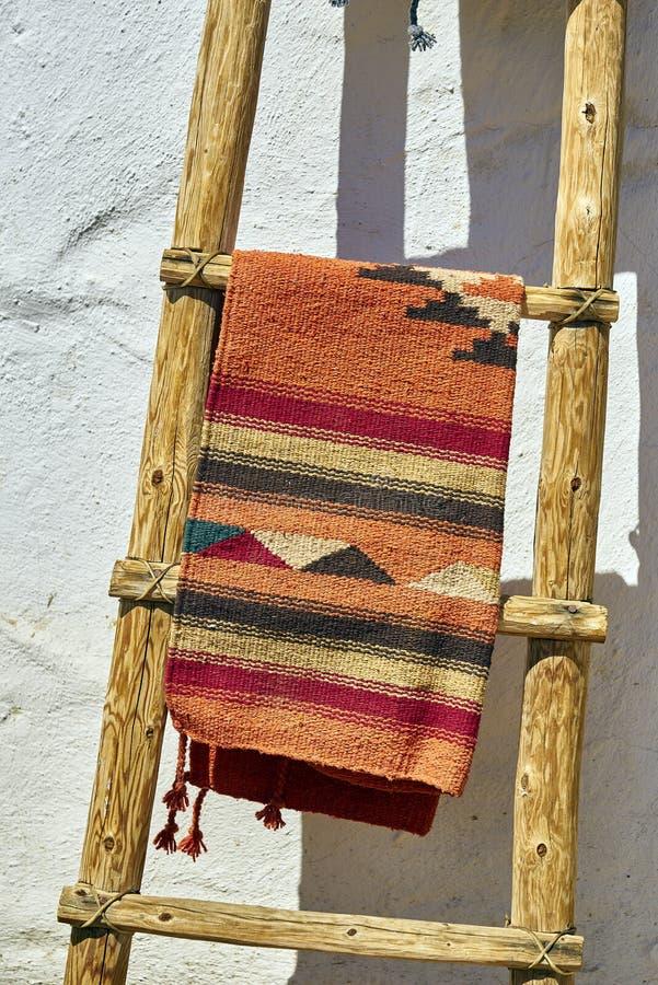 Handgefertigte mexikanische Decke und Leiter lizenzfreie stockfotografie