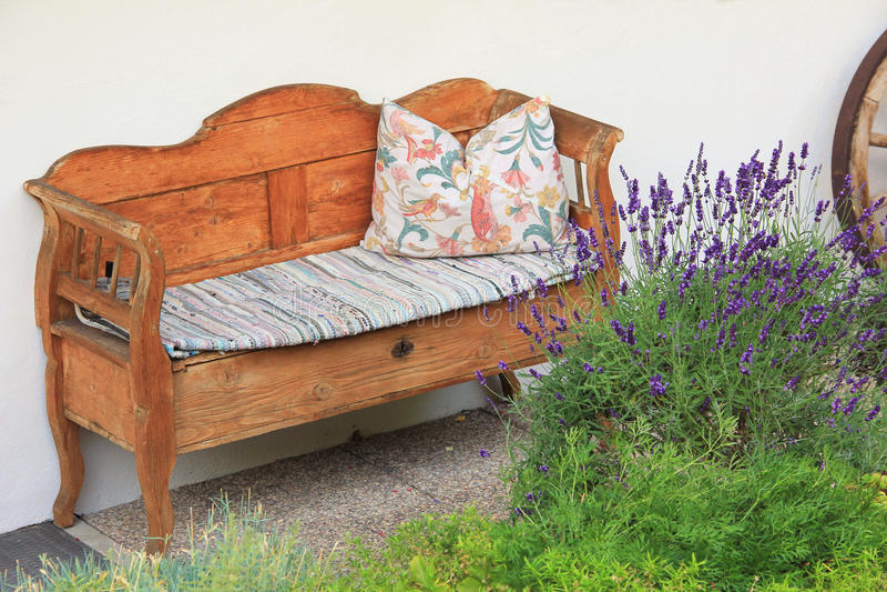 Handgefertigtes hölzernes Sofa, Weinleseart stockfoto