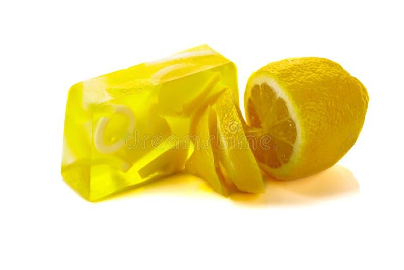 Handgemaakte zeepstaaf met citroen geïsoleerd op een witte achtergrond royalty-vrije stock fotografie