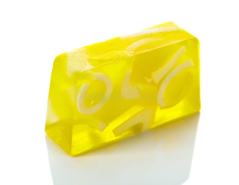 Handgemaakte zeepstaaf met citroen geïsoleerd op een witte achtergrond royalty-vrije stock afbeelding