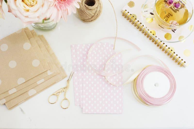 Handgemacht, Handwerkskonzept Handgemachte Waren für das Verpacken - twine, Bänder Weibliches Arbeitsplatzkonzept Freiberuflich t stockfoto