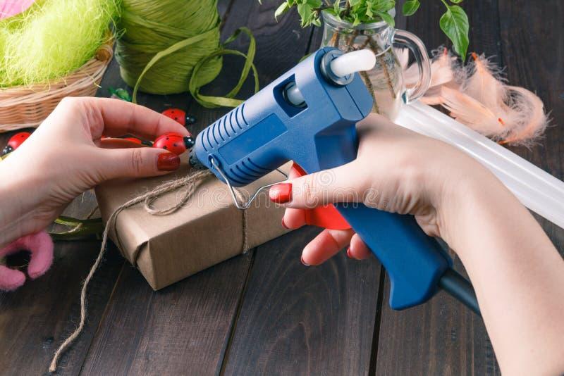 Handgemacht unter Verwendung des heißen Schmelzgewehrs lizenzfreie stockbilder