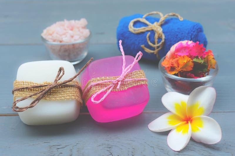 Handgemachte Badekurort-Seifennahaufnahme Organische Seifenherstellung Verschiedene Stück Seifen und Kerzen Nahaufnahme Vorgewähl stockfotos