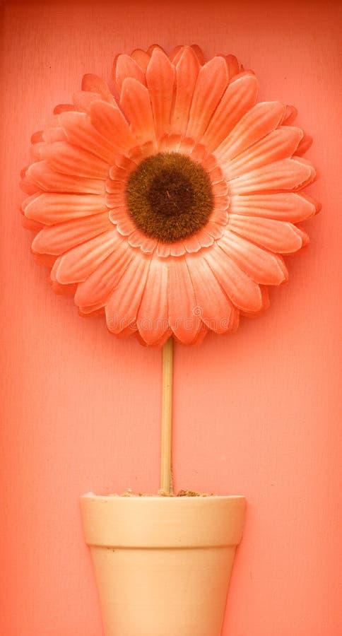 Handgemachte Blume auf einem roten Hintergrund lizenzfreie stockfotos