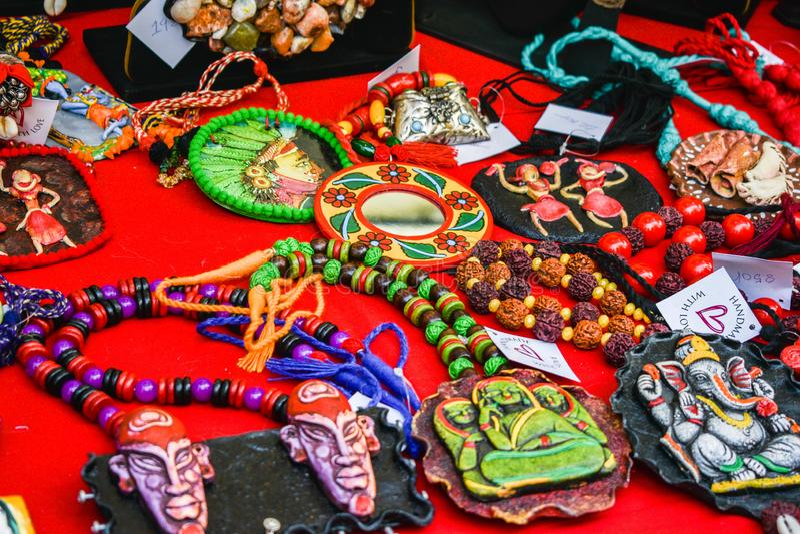 Handgemachte bunte indische Perlenschmucke, die auf eine Tabelle für Verkauf gelegt werden stockbilder