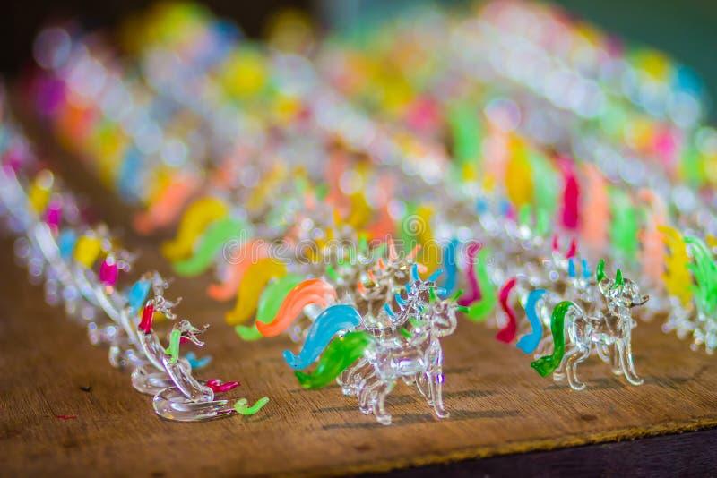 Handgemachte durchgebrannte Glaspuppen für Verkauf im Juweliergeschäft an der Flohmarkt Würdevolle kleine Zahl von Tier- Puppen v lizenzfreies stockfoto