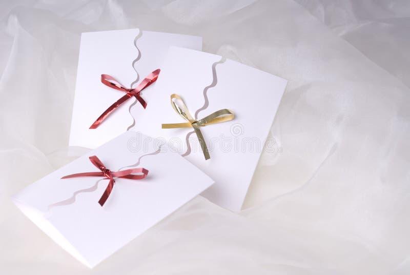 handgemachte Einladung auf weißem silk Hintergrund lizenzfreie stockbilder
