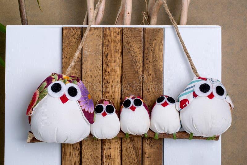 Handgemachte Eulen-Verzierung Decorati der Weihnachtsneuheits-fünfköpfigen Familie lizenzfreie stockbilder