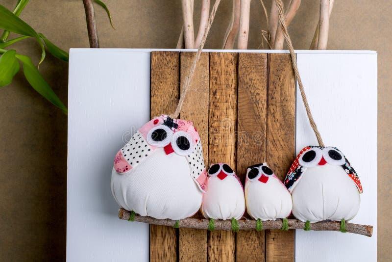 Handgemachte Eulen-Verzierung Decorati der Weihnachtsneuheits-vierköpfigen Familie lizenzfreie stockfotografie