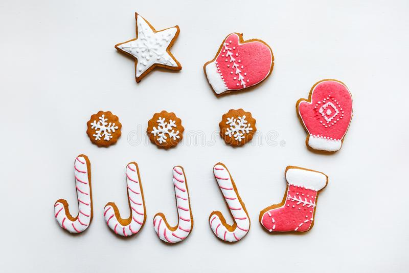 Handgemachte festliche Lebkuchenpl?tzchen in Form von Sternen, Schneeflocken, Leute, Socken, Personal, Handschuhe, Weihnachtsb?um lizenzfreie stockfotografie