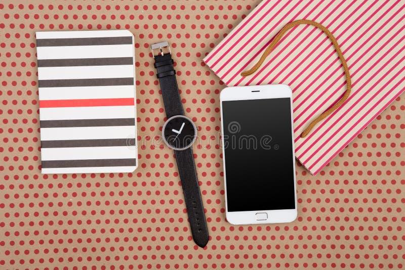 handgemachte gestreifte Einkaufstasche, Geschenktaschen, Notizblöcke, Uhr und wh stockfotografie
