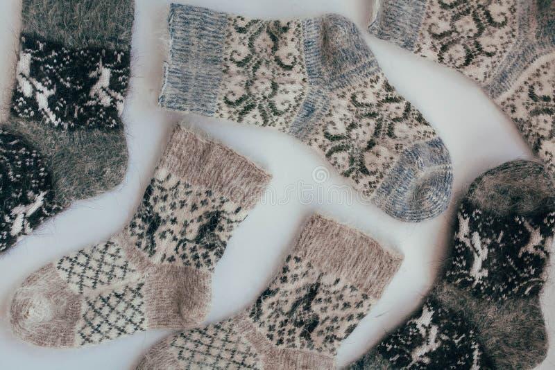 Handgemachte gestrickte Socken während der kalten Jahreszeit Ansicht von oben Viele verschiedenen blauen Farbsocken stockbilder