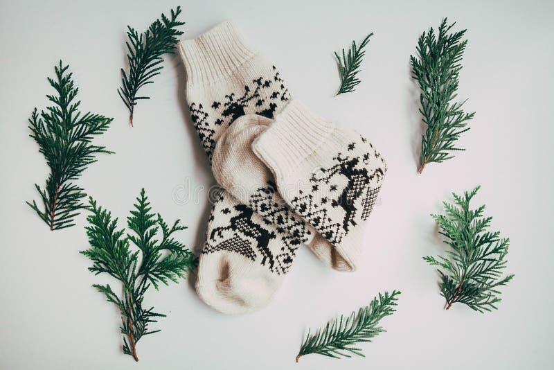 Handgemachte gestrickte Socken während der kalten Jahreszeit Ansicht von oben Viele verschiedenen blauen Farbsocken stockbild