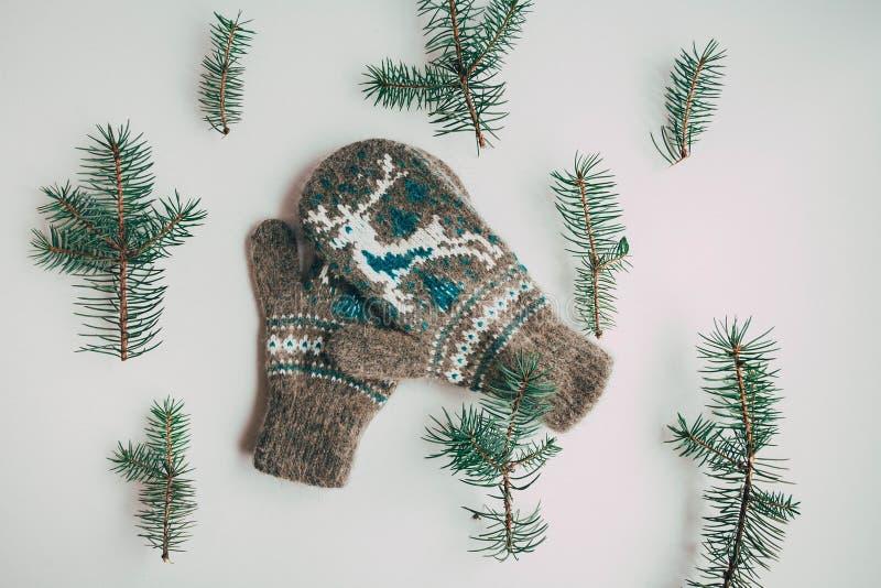 Handgemachte gestrickte Socken während der kalten Jahreszeit Ansicht von oben Viele verschiedenen blauen Farbsocken stockfoto