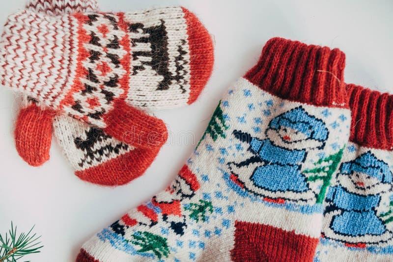Handgemachte gestrickte Socken während der kalten Jahreszeit Ansicht von oben Viele verschiedenen blauen Farbsocken lizenzfreies stockbild